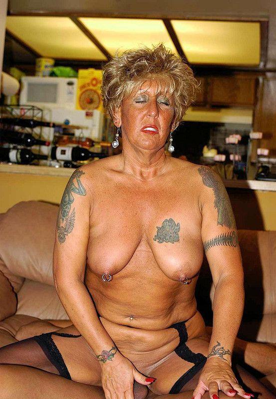 Salope tatouée aime le sexe hardcore