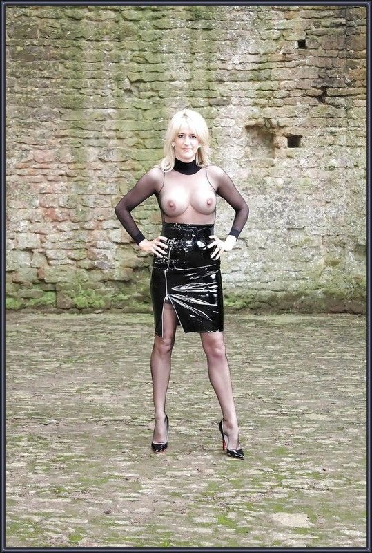 Jambes de femme en bas nylon,porte jarretelle et minijupe